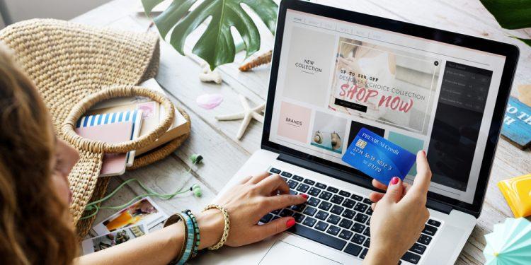 أشياء يجب القيام بها قبل إتمام الشراء عبر الإنترنت!
